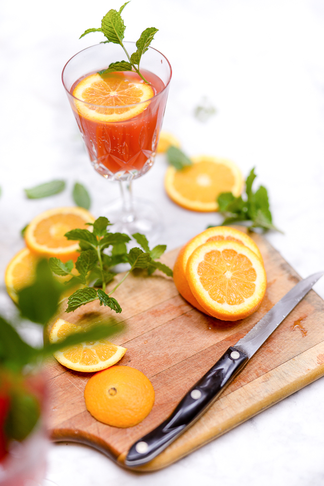 Poinsetta Mocktail: this easy nonalcoholic drink recipe is perfect for your holiday or christmas party! great for pregnant guests or kids too :)